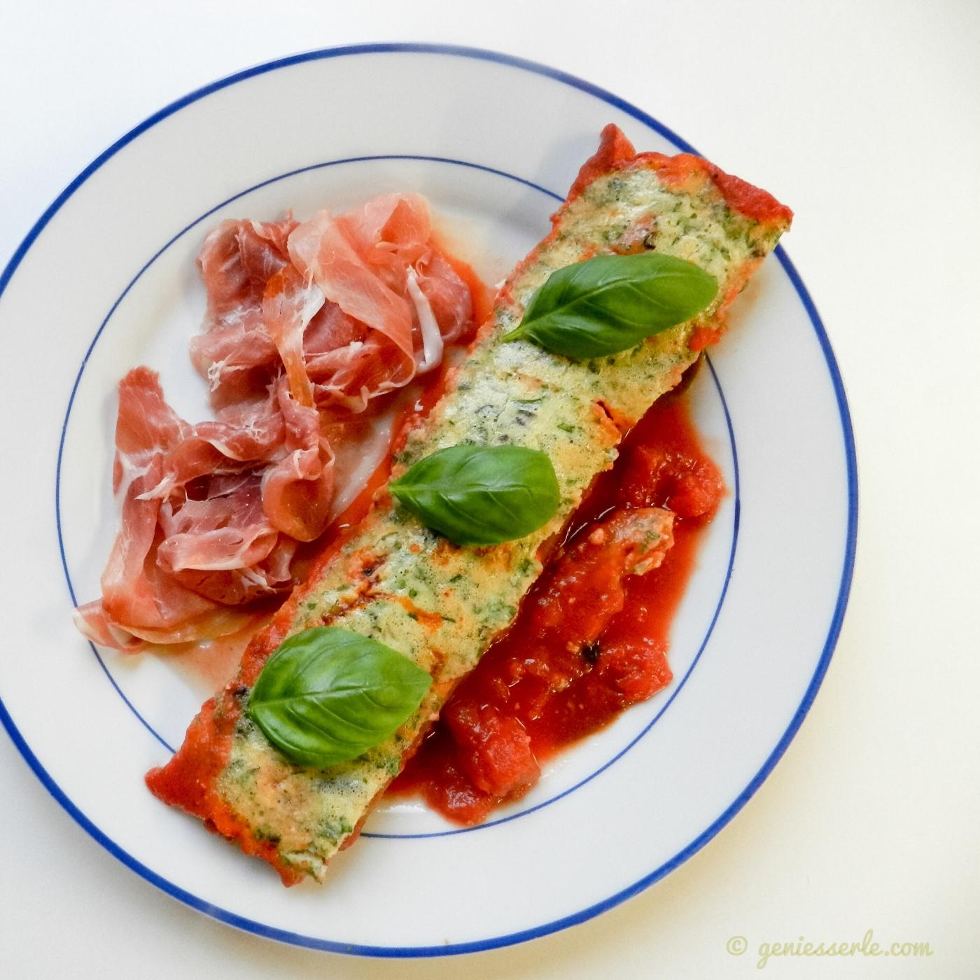 Spargel mit Parmesan-Kräuterhaube auf Tomatensugo