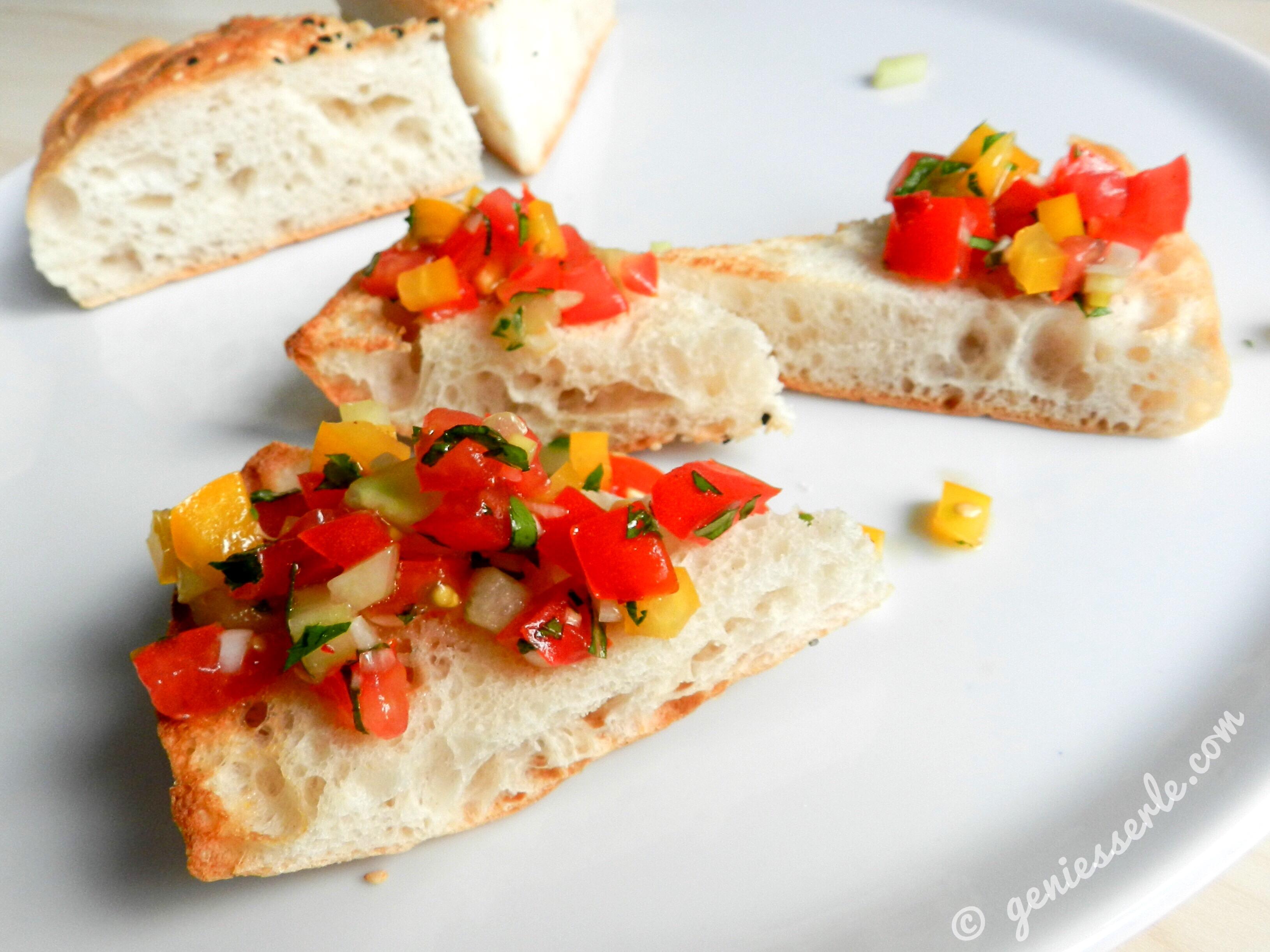 Türkische Sommerküche : Türkischer salat auf geröstetem fladenbrot u geniesserle